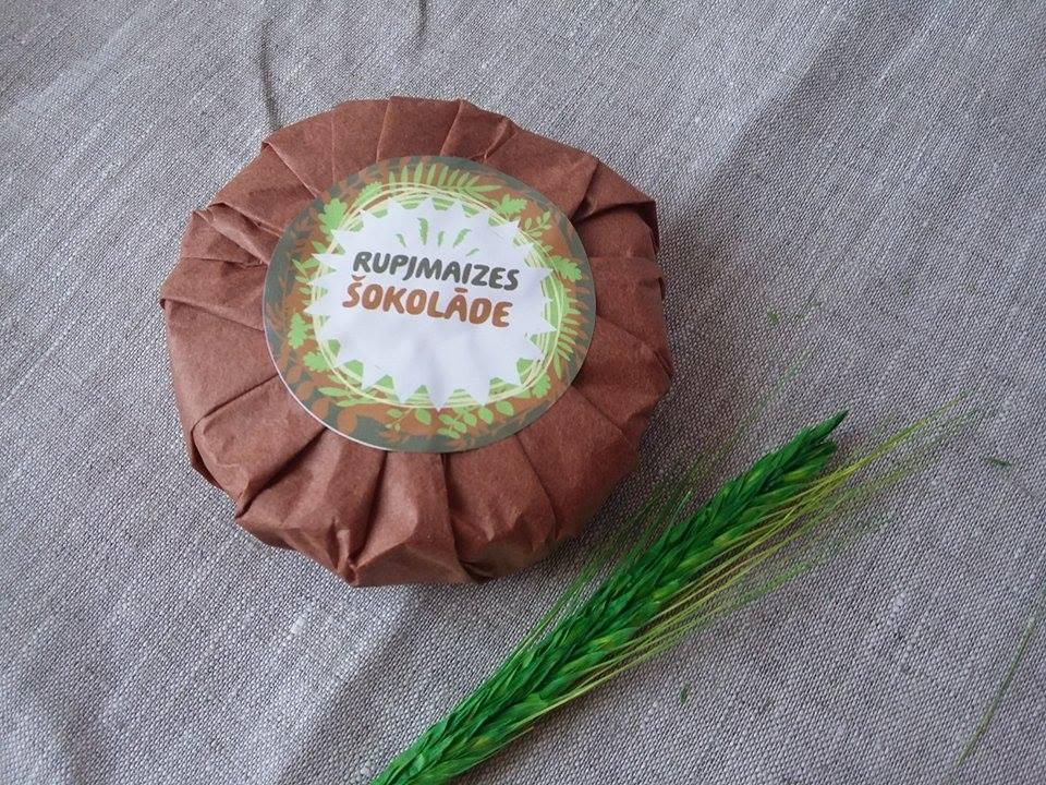 Rupjmaizes šokolāde zīdpapīrā