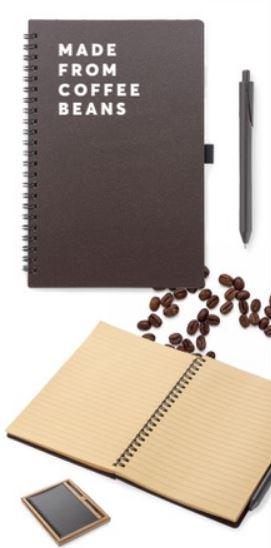 Līniju klade ar no kafijas pupiņām izgatavotiem vāciņiem un pieskaņotu pildspalvu